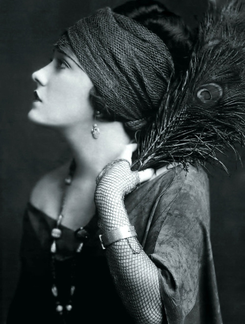 thesarahshow:  Gloria Swanson and Peacock feather (Eat your heart out, Norma Desmond)