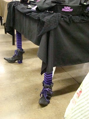 craftyminded:  DIY: Witch's Feet Table Legs Who said costumes are only for people? Dress up your table for Halloween too!  !! Me gustaaaa