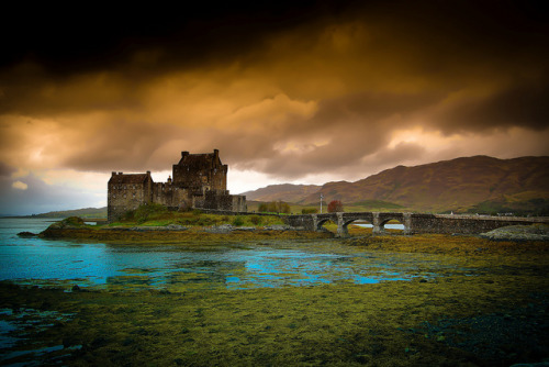 littlevintagespace:  The Castle and The Storm by PeterYoung1 on Flickr.