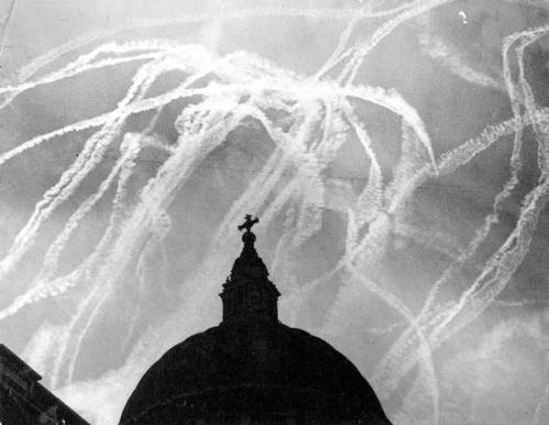 betterdead:  Vapour trails from recent dogfights over St. Pauls.