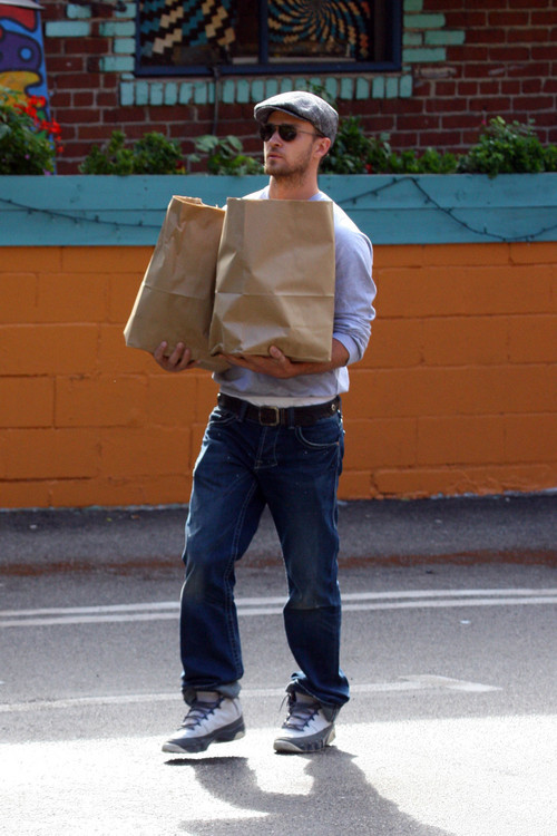 justintimberlakedoingthings:  Justin Timberlake carries home two bags full of squirrels
