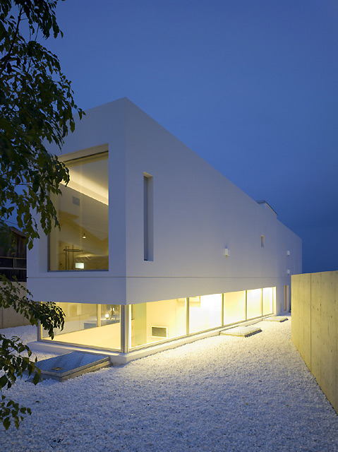 Garden and Sea weekend house by Takao Shiotsuka Atelier. (Takao Shiotsuka Atelier: www.shio-atl.com)