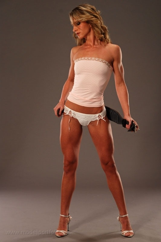 muscularbabes:  Frida HorváTh   Damn… and she's taking off the weight belt… My kind of woman…