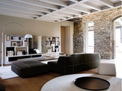 The Stunning Home in Lombardy had its roots in the 16th century. It is a modern home with contemporary yet stylish décor and furniture was designed by some of the best Italian designers.