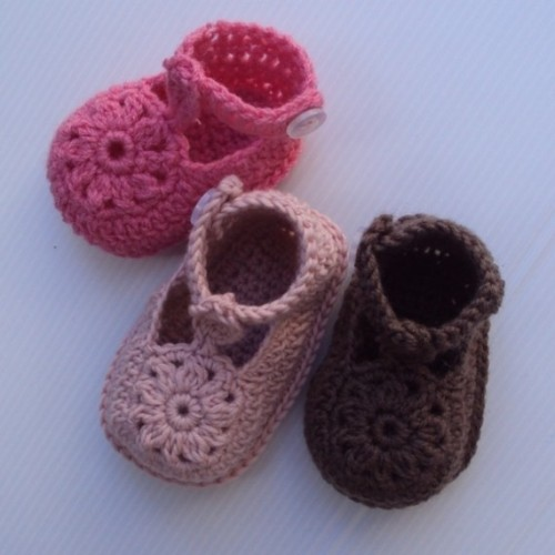 lydiaslovelies:  Flower Motif Baby Shoes Pattern by hollanddesigns