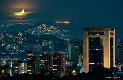 eljuliojfg:  Luna sobre Caracas by sjpadron on Flickr.