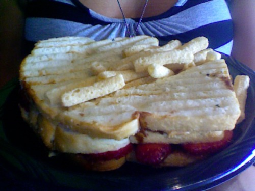 Miss Cindy just whipped me up this bomb-ass PB&J! I've got this, some pasta salad, and a delicious Mango and Mint Iced Tea. Best lunch ever? Absolutely!