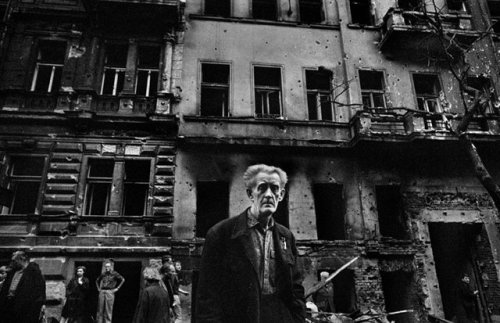 © Josef Koudelka, Aug. 1968, Vinohradska Avenue, Prague, Czechoslovakia In 1968, Josef Koudelka was a 30-year-old acclaimed theater photographer who had never made pictures of a news event. That all changed on the night of August 21, when Warsaw Pact tanks invaded the city of Prague, ending the short-lived political liberalization in Czechoslovakia that came to be known as Prague Spring. Koudelka had returned home the day before from photographing gypsies in Romania. In the midst of the turmoil of the Soviet-led invasion, he took a series of photographs which were miraculously smuggled out of the country. » find more of Magnum Photos here « | » find more war & conflict photography here «