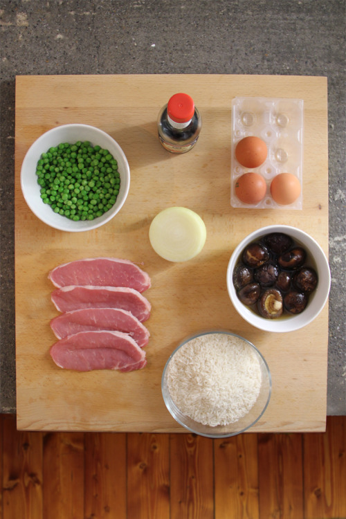 gnambox:  SALTED RICE by Gnam Box 350 gr rice200 gr pork150 gr peas6/7 shitaki mushrooms (soak them into hot water and discard stems)3 eggs1/2 onioncurrysoy sauce  Cook rice with a rice cooker (or in boiling water) and boil the peas.  Rule number one: cut everything into small pieces.  Put plenty of oil in the wok over medium-high heat and add the beaten eggs, cook and break them helping with chopsticks. Put eggs in a plate. Put 3 tablespoons of oil in the wok over medium-high heat and add the mushrooms, after few minutes add the pork too and cook. Add the ingredients to the eggs.  For the third time put 3 tablespoons of oil in the wok over medium-high heat and add the onions, then add the cooked rice with 2 tablespoons of curry  and 4 tablespoons of soy sauce. Toss very well for few seconds.  Add the other ingredients just cooked, salt and mix very well.  请享用。Gnam!