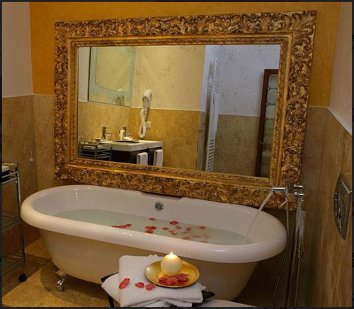 Oh just kidding, I want a claw foot tub. Very much. And I have a mirror almost like that actually…