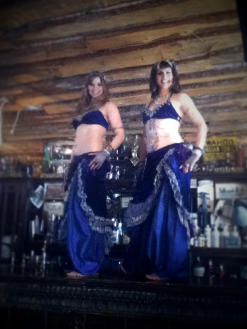 spijkerschrift:  Oh look, two belly dancers on a bar.