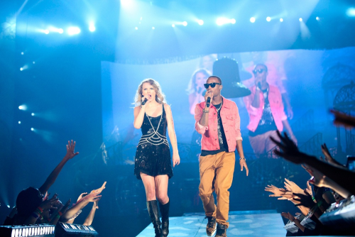 tswift-kperry:  Taylor Swift & B.O.B on stage!