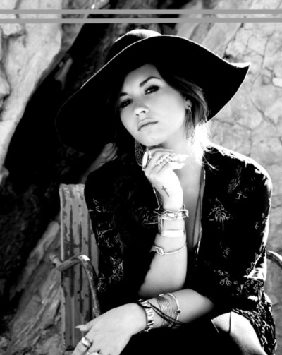 forever-and-ever-a-lovatic:  Does she not look like Audrey Hepburn here? OMG beautiful <3