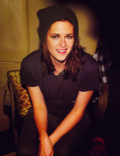 gobbitygoop:  Goddamn you Kristen Stewart. Goddamn. You. & your lesbiany attractiveness