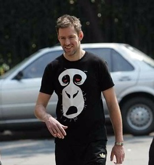 Ed O'Brien of Radiohead in a Modeselektor t-shirt