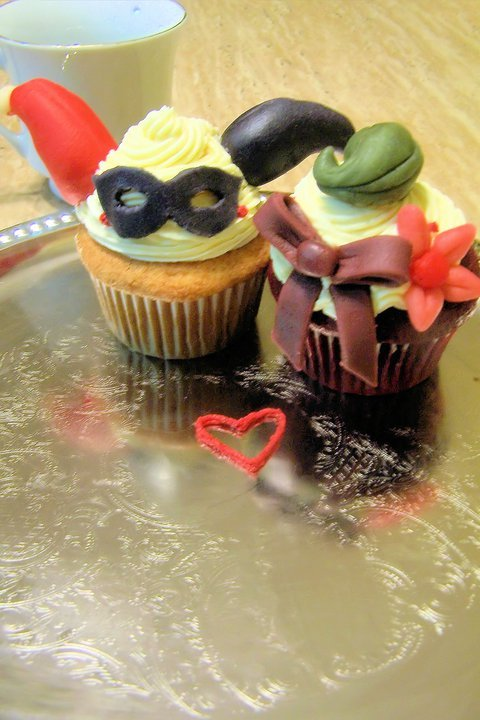 harley-chaplin:  thesweettreatleap:  Joker and Harley Quinn cupcakes! Who doesn't love the odd Romance between these two?   Cute! <3