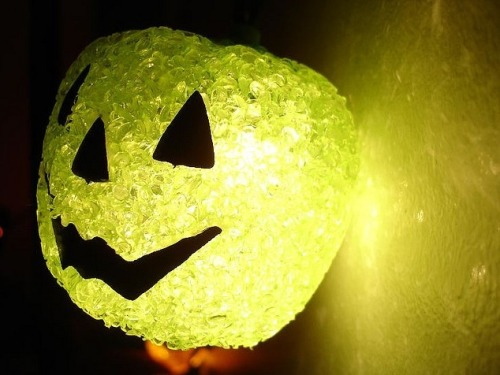 3 ways to green your Halloween Halloween is just around the corner again (we know, we can hardly believe it). And since you care about the environment (i.e. clean air, clean water, a livable climate, biodiversity, etc), you probably want to know how you can have a fun Halloween without killing too many people or animals, right? Well, we've got a few ideas to share that I hope will help you out.