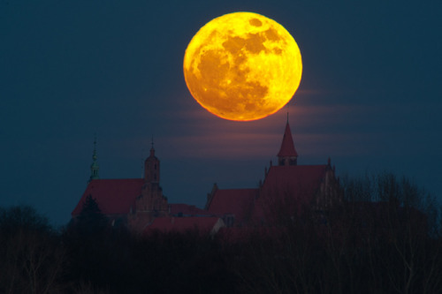 llbwwb:  Super Moon (via Inspiration Dose #9: Moon Photography | Smashing Picture)