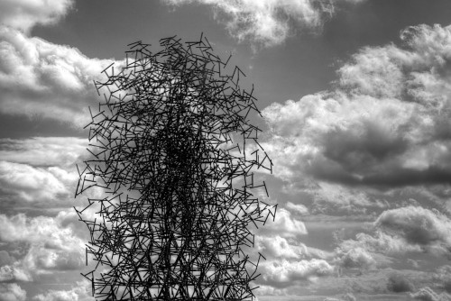 Antony Gormley's Quantum Cloud # Designed using tetrahedral sections and simulated random walks.