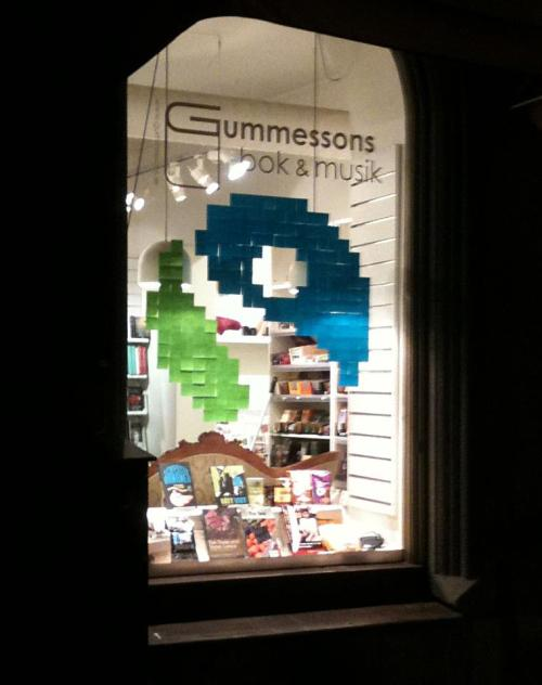 postitwar:  Gummessons bok & musik-Sweden 2011-10-10  Haha - najs att T8 får lite post-it war :)