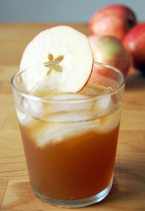 I'm not a huge apple cider fan, but this sounds really yummy!! Ginger Ale, fresh cider, and bourbon in a 2:2:1 ratio With a wink and a smile, Ellie