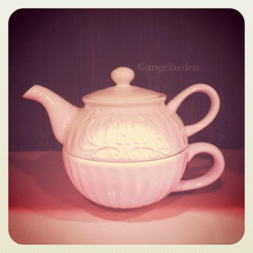 Would you like to have tea with me? #tea #pot #teapot #pink #vintage (Taken with instagram)