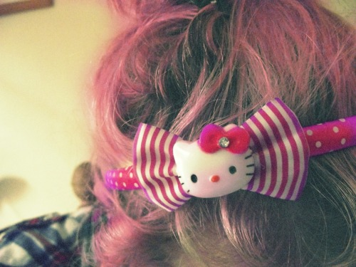 0rdinary : Becasue my hairband rules.