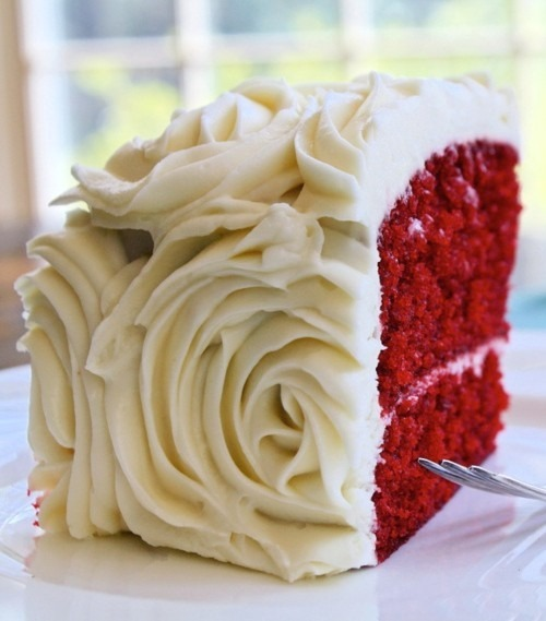 Beautiful outside decor to the red velvet wedding cake.