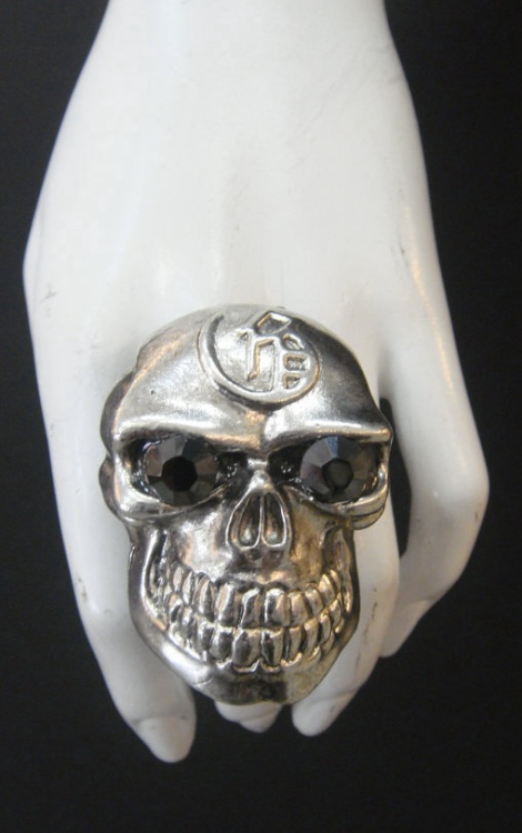 Couldn't resist this Marianna Harutunian oversized skull ring…
