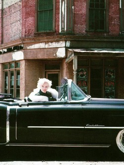 theniftyfifties:  Marilyn Monroe out for a drive.