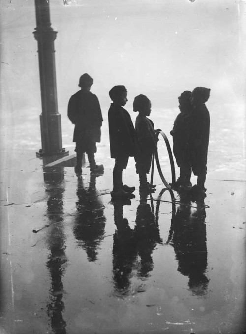 Henri Berssenbrugge Children playing with a hoop, Fish Market, Rotterdam, 1910