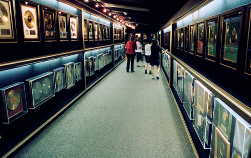 Elvis' Hall of Gold Records on Flickr.Here is the Hall of Gold Records at Graceland. Looks pretty impressive, doesn't it? Now, I'll point out that I'm *HALF* way down the hall when I took the picture. Yes, turn around and you'll see the exact same picture going the other way. Damn.