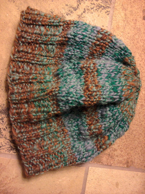 my handspun, handknit hat is all done! & just in time for the cool weather!! :)