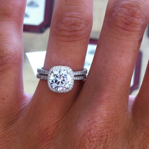 Pretty much what I want my engagement ring to look like. This is probably around 4 carats? Beautiful.