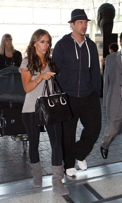 Jennifer love hewitt spotted wearing a pair of ugg boots