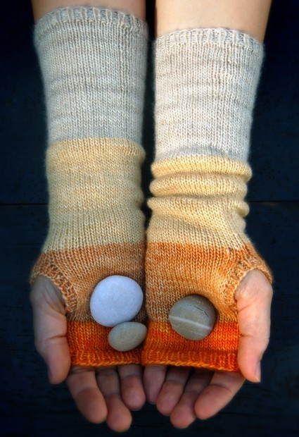 appleinmyheart:  Colorblock Hand Warmers click here for tutorial!