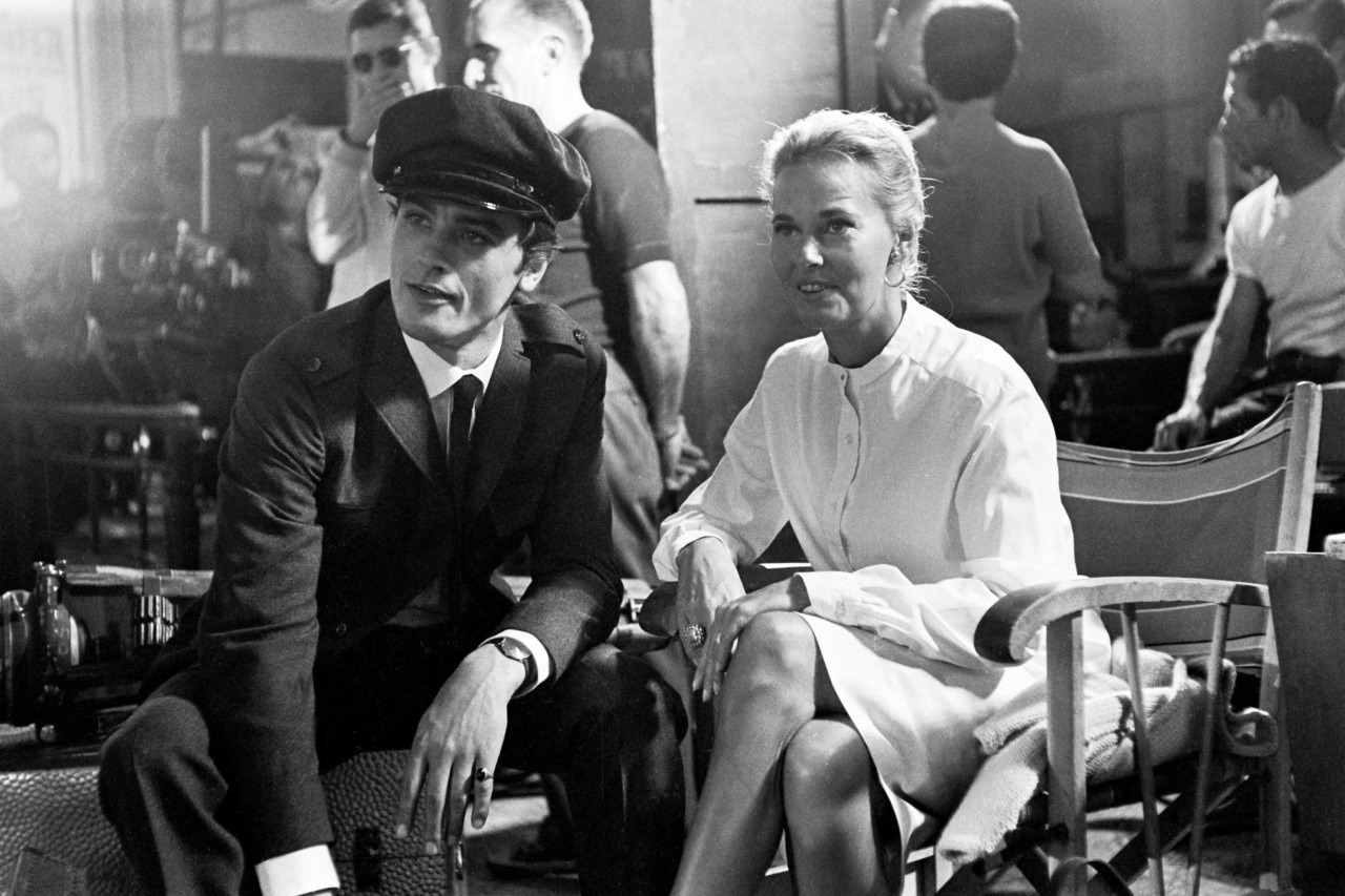 On the set of Les félins; with Lola Albright.