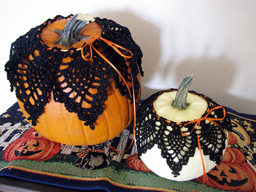 Great idea for autumn or Halloween decorating! Free pattern available here.