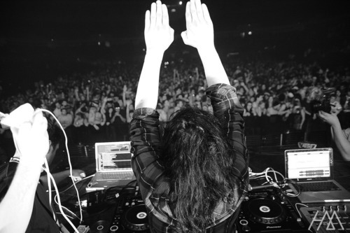 infiniteparty:  SKRILLEX HANDS