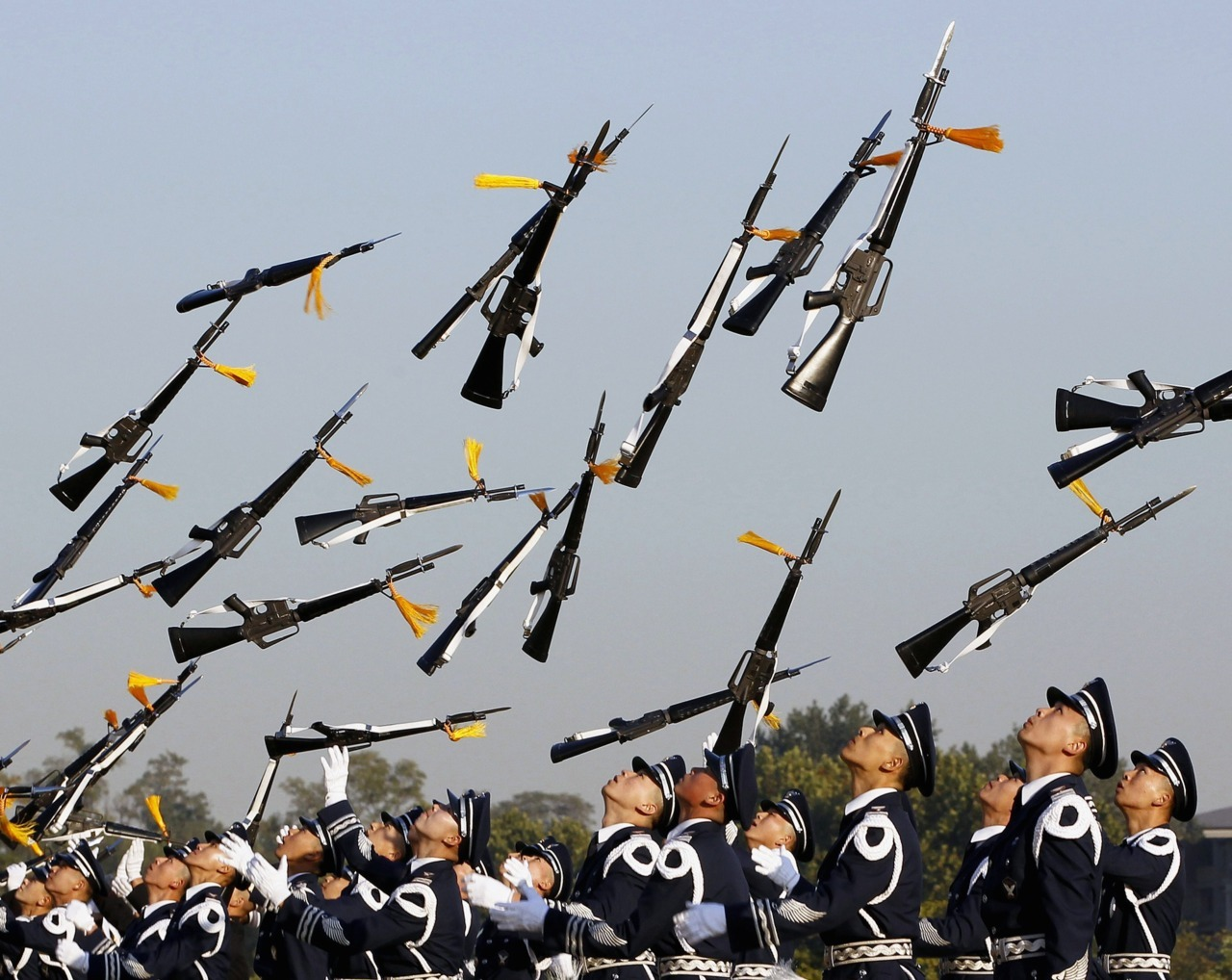Photos of the day South Korean honour guards perform during a welcoming ceremony for foreign military leaders visiting the Seoul International Aerospace & Defense Exhibition 2011, Oct. 18, 2011. (Jo Yong-Hak/Reuters)
