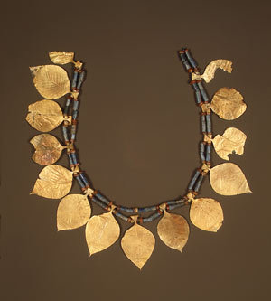 "theancientworld:  Headdress with leaf-shaped ornaments, 2600–2500 b.c.; Early Dynastic period IIIa; Sumerian styleExcavated at ""King's Grave,"" Ur, MesopotamiaGold, lapis lazuli, carnelian   Wow- this is gorgeous!  I am awed that things like this still exist!"