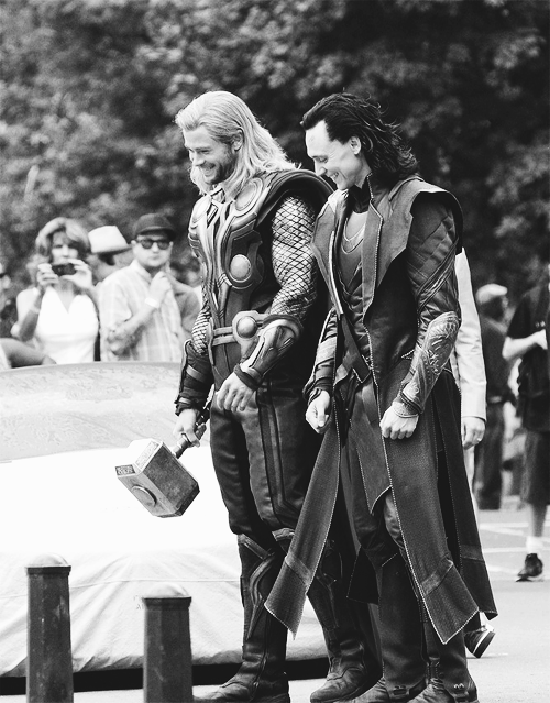 Tom Hiddleston & Chris Hemsworth on set (The Avengers)
