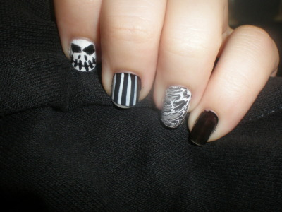 pinksugar-skull:  Take two on my Nightmare Before Christmas Halloween nails. Super simple.