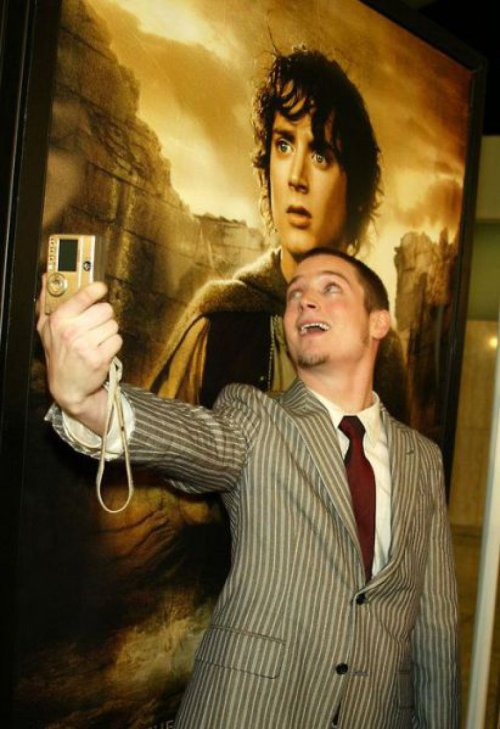 Elijah Wood Takes a Picture with Himself Sean Astin offered to take the picture, but Elijah didn't want to share the load.