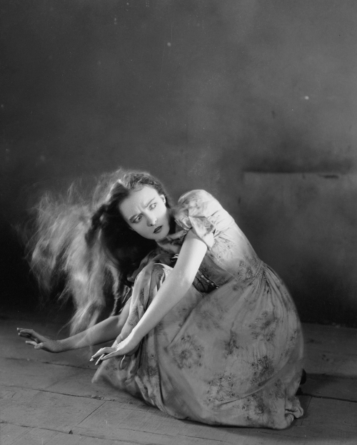 misslilliangish:  Promo shot for The Wind, 1928.