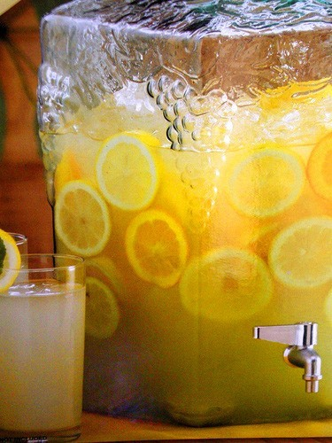 Have you heard of the magic of Lemonade diet? Well it is quite refreshig… they look pretty good arent they? How bad could it be to drink lemonade and loose weight?