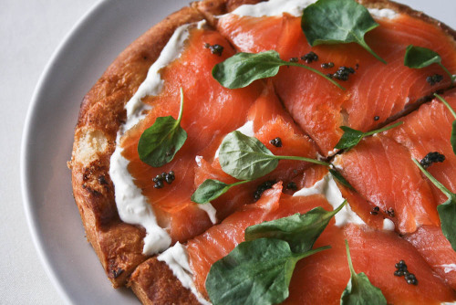 smoked salmon brunch pizza from La Phemme Phoodie
