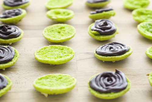 seetheforestforthetrees:  Macarons de pistacho y chocolate by etringita on Flickr.