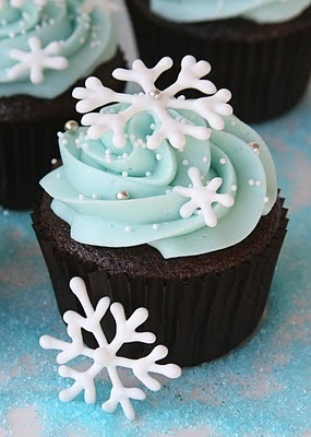 mmmfoodmmm:  Recipe and tutorial: How to make these wonderful winter snowflake cupcakes (via Glorious Treats)