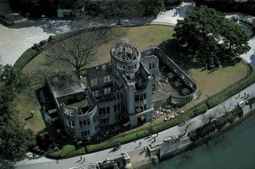 minusmanhattan:  Epicenter of the Atomic Bomb on Hiroshima, Japan by Yann Arthus-Bertrand.  日本廣島原爆遺址。